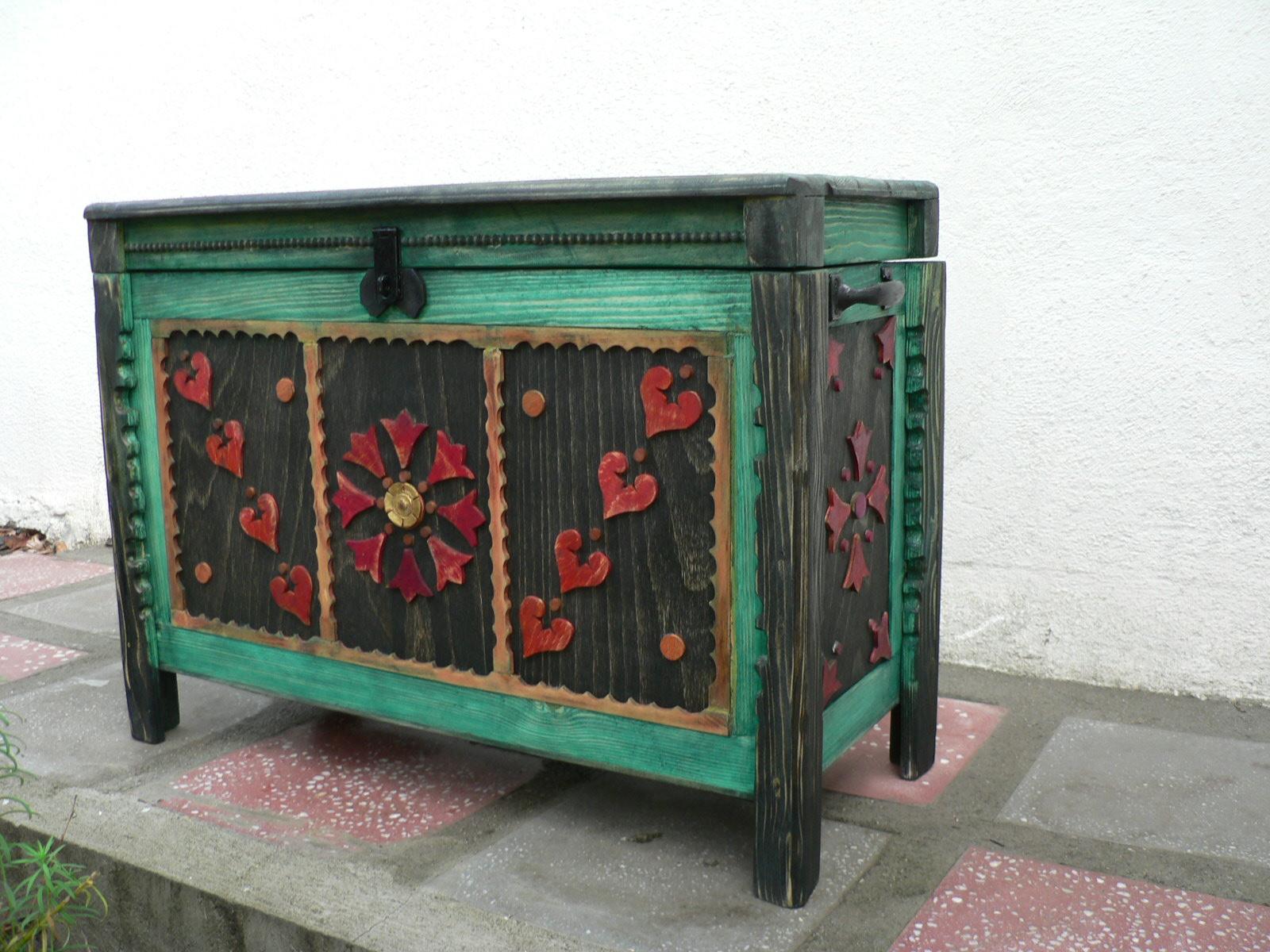 CUFAR-lemn de brad cu motive populare.Dim. 90x40x70cm