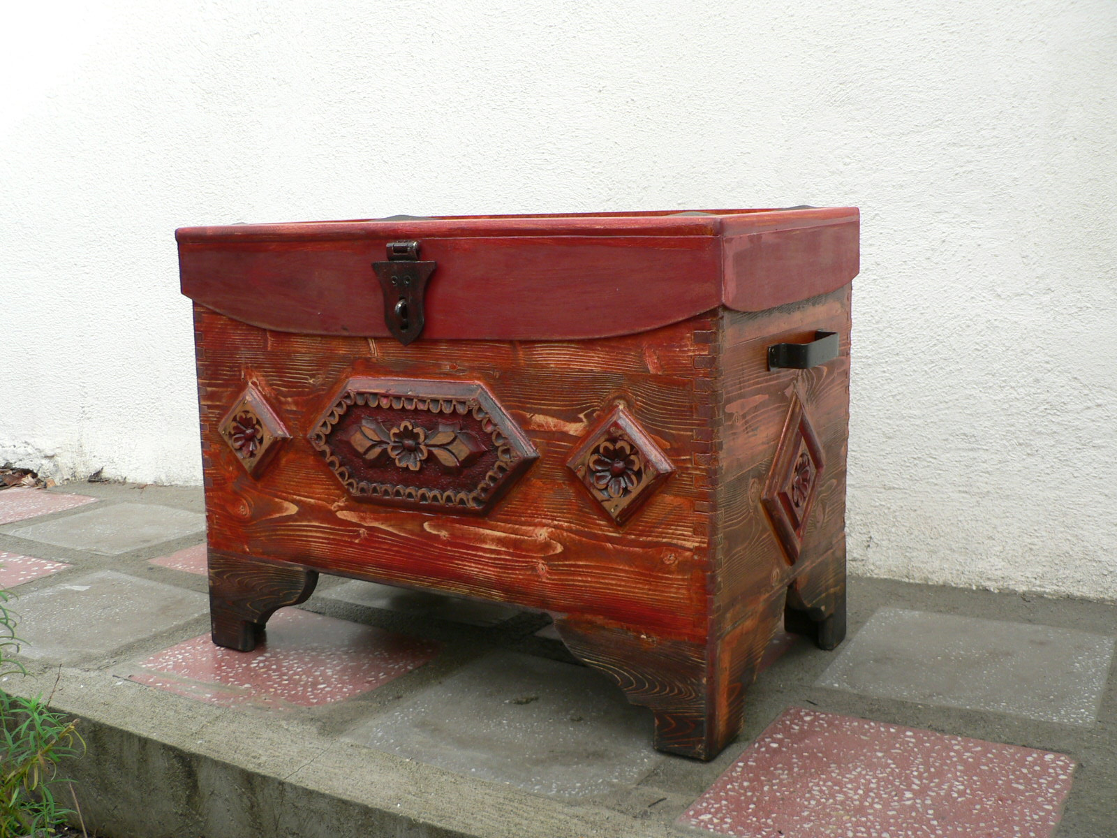 CUFAR-lemn de brad si tei sculptat.Dim.90x54x60cm