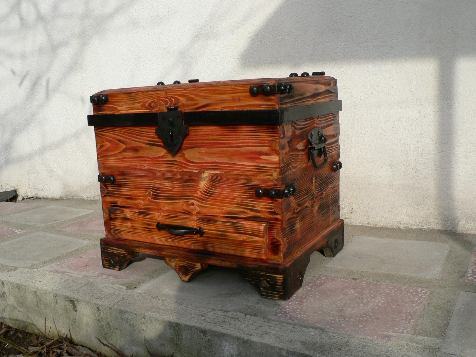 CUFAR CU SERTAR-lemn de brad.Dim. 83x64x40cm.