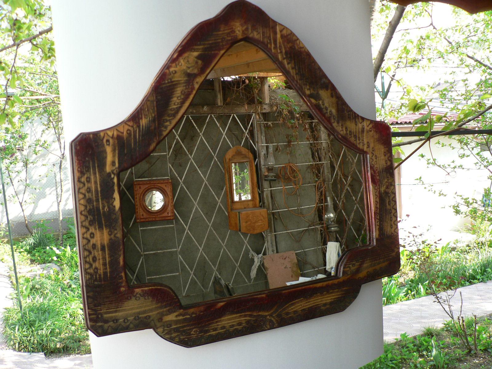 OGLINDA-lemn de brad incizat cu motive populare.Dim.100x58cm